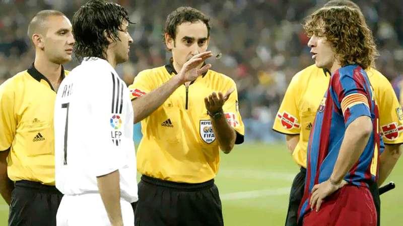 إيتورالدي غونزاليس خلال إدارته مباراة سابقة بين برشلونة وريال مدريد.  أرشيفية