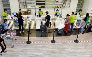 الصورة: متسوقون: التزام المراكز التجارية وفّر تسوقاً آمناً ومريحاً