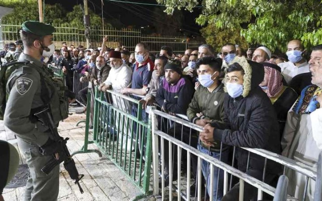 الصورة: قوات إسرائيلية تمنع الفلسطينيين من الصلاة في الحرم الإبراهيمي