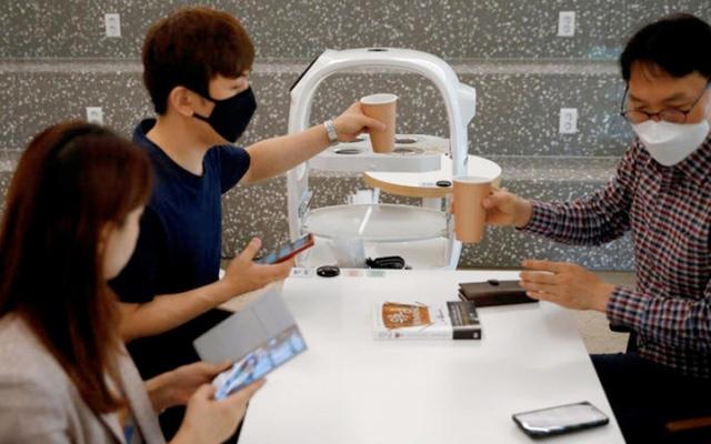 الصورة: مقهى يستخدم روبوتاً لتجنب نشر فيروس كورونا المستجد