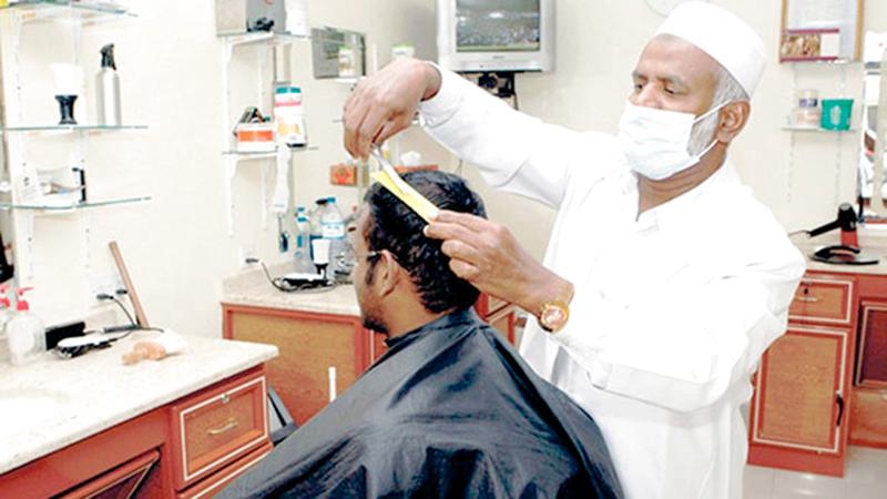 الصالونات الرجالية في دبا الفجيرة ملتزمة بتطبيق الشروط الصحية. ■ من المصدر
