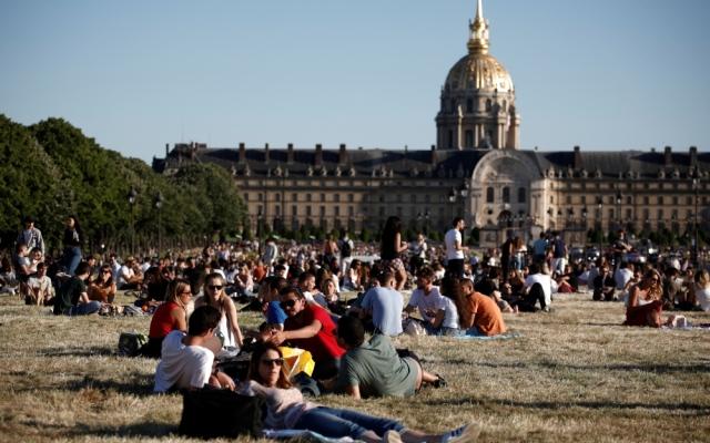 الصورة: الباريسيون أحرار.. حشود تتوافد على المتنزهات مع تخفيف قيود كورونا