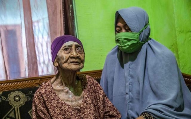 الصورة: إندونيسية في سن الـ100 تتغلب على «كورونا» بالمثابرة