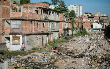 الصورة: مدن الصفيح في أميركا اللاتينية عاجزة عن مواجهة «كورونا»
