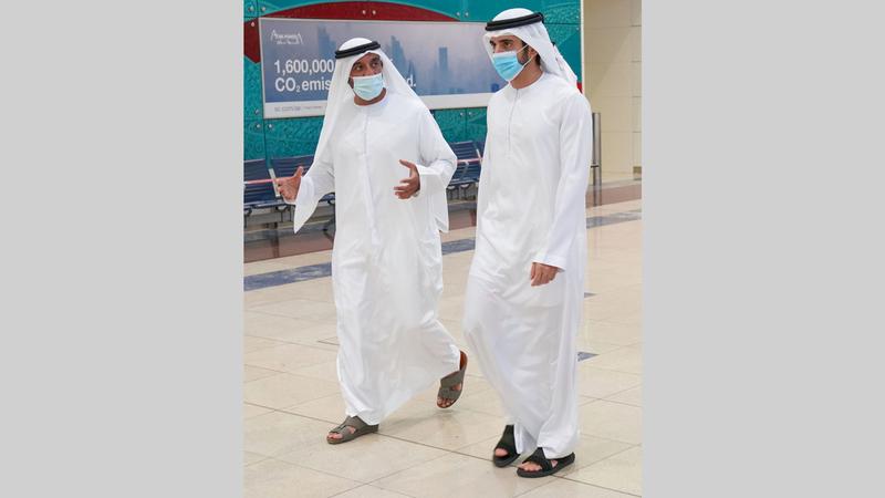حمدان بن محمد خلال جولة في مطار دبي.   وام