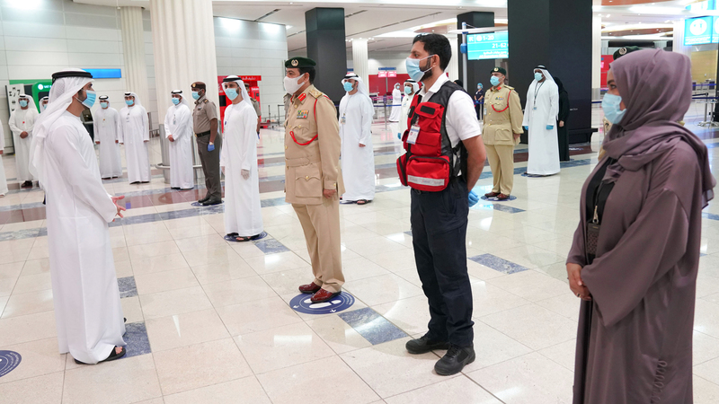 حمدان بن محمد التقى خلال جولته عدداً من الجهات العاملة بمطار دبي.  وام