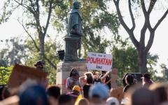 الصورة: أميركا تتطهر من إرث العبودية بإسقاط تماثيل ونصب عنصرية