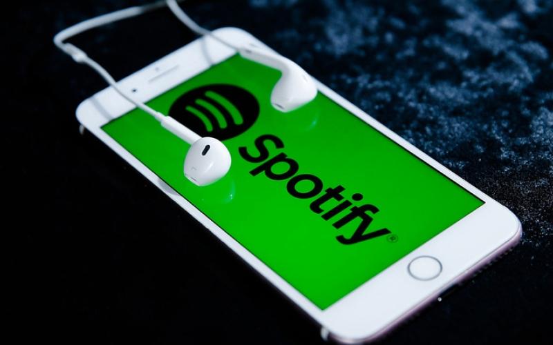 الصورة: تنزيل قوائم تشغيل «سبوتيفاي» إلى هواتف «آي فون 11»