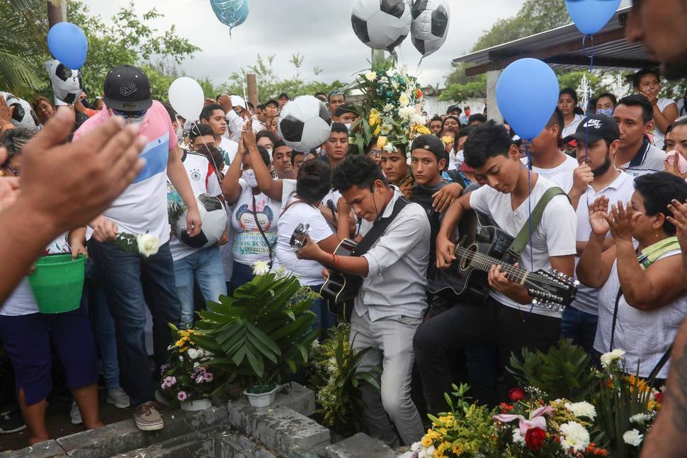 خلال جناز اللاعب المكسيكي الشاب مارتينيز غوميز.