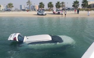 الصورة: بسبب خبر سيئ.. امرأة تندفع بسيارتها إلى الخور في دبي