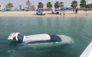 الصورة: خبر سيئ يقود مركبة إلى السقوط في «خور الممزر»