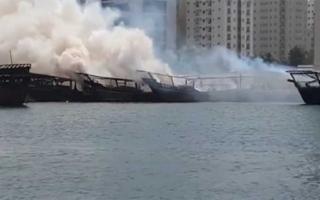 الصورة: السيطرة على حريق اندلع في 4 قوارب بالشارقة