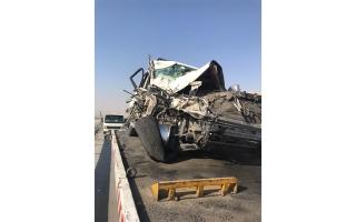 الصورة: مواطن يسقط ضحية سائق ترك مركبته وسط شارع الإمارات للحديث مع آخر