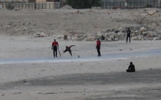 الصورة: شباب يتجاوزون التدابير الاحترازية بـ «مضرب الكريكيت»