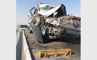 الصورة: سائق يترك مركبته وسط الطريق فتصطدم بها سيارة مواطن