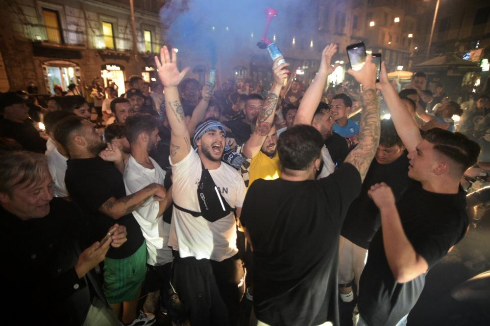"""الآلاف من كل الأعمار احتفلوا منذ ليل أمس وحتى الصباح بفوز نابولي على يوفنتوس في نهائي الكأس، وهو أول الألقاب في """"زمن كورونا"""" بإيطاليا."""