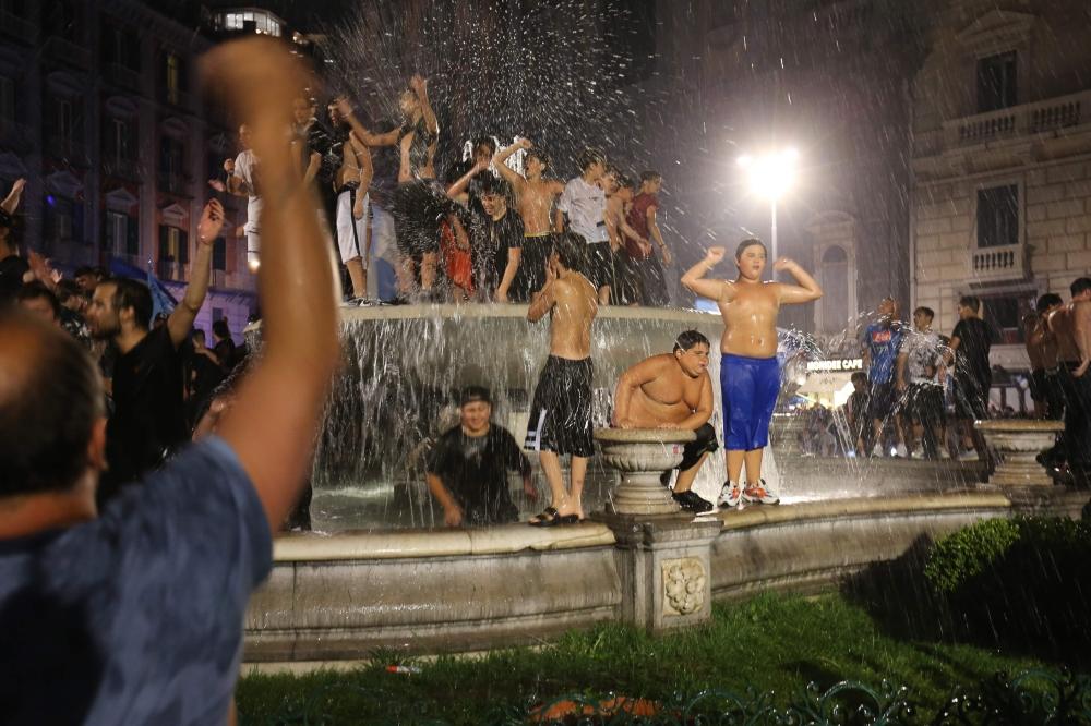 جانب من احتفال الأطفال بإحدى النافورات في وسط مدينة نابولي بعد فرحة الفوز بالكأس.