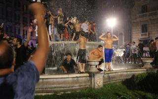"""الصورة: بالصور.. فرحة كأس إيطاليا تخرج سكان مدينة نابولي إلى الشوارع بالآلاف رغم """"كورونا"""""""