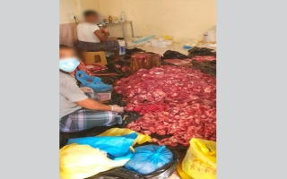 الصورة: ضبط منزل يقوم قاطنوه بأنشطة تجارية غير مرخصة وبطرق غير صحية في عجمان
