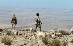 الصورة: الجيش اليمني يسيطر على مواقع استراتيجية في محيط صنعاء