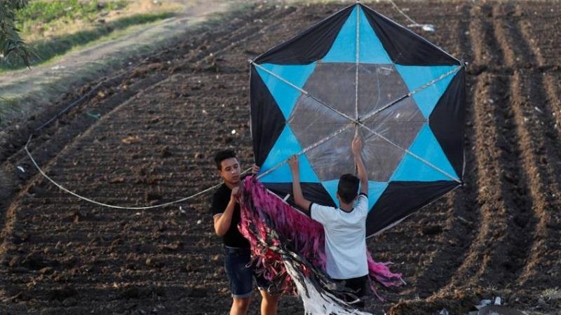 أزمة كورونا تعيد الطائرات الورقية إلى سماء القاهرة سياسة