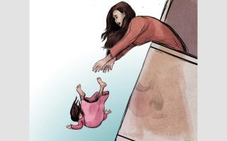 الصورة: «مزاح عائلي» يؤدي إلى سقوط أطفال من النوافذ