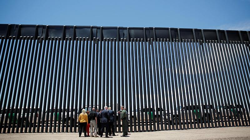 ترامب مع عدد من أعضاء الحزب الجمهوري يتفقدون الجزء المنتهي من الجدار. رويترز
