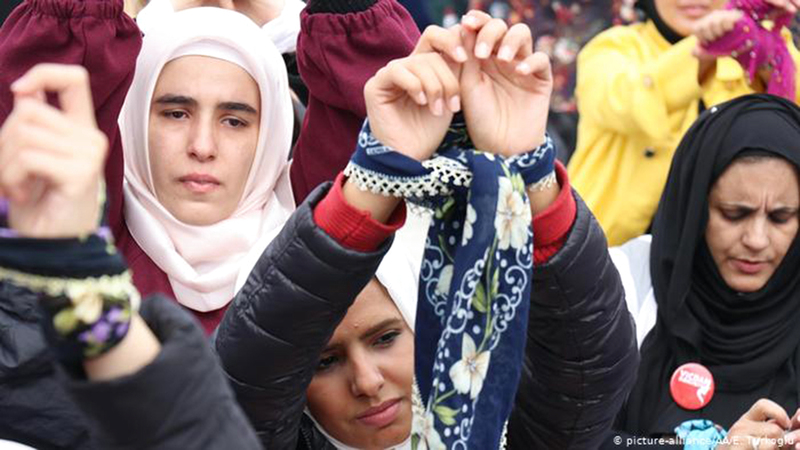 سوريات ضحايا العنف الجنسي في المعتقلات يطالبن بحقوقهن. من المصدر