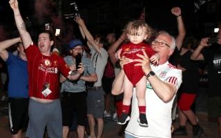 """الصورة: بالصور جمهور ليفربول يرفض """"نصيحة كلوب"""" ويخرق الحظر ويتحدى """"كورونا"""" للاحتفال بفرحة اللقب"""