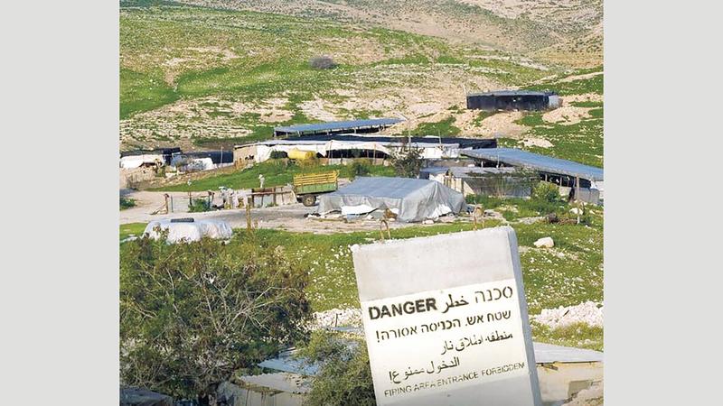الاحتلال يحرم أهالي العوجا الوصول إلى أراضيهم.