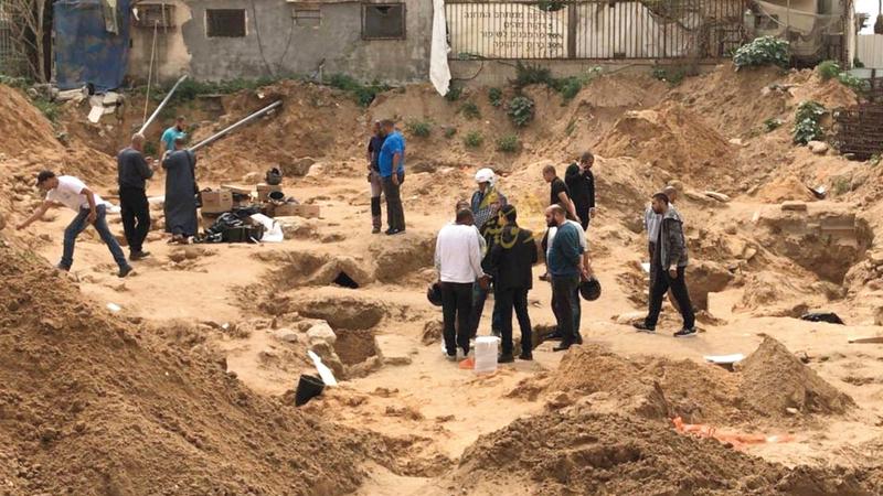 جانب من القبور بعد نبش الاحتلال لها. الإمارات اليوم