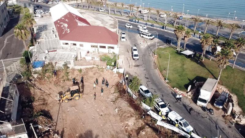 جرافات الاحتلال أثناء تجريف ونبش مقبرة الإسعاف. الإمارات اليوم
