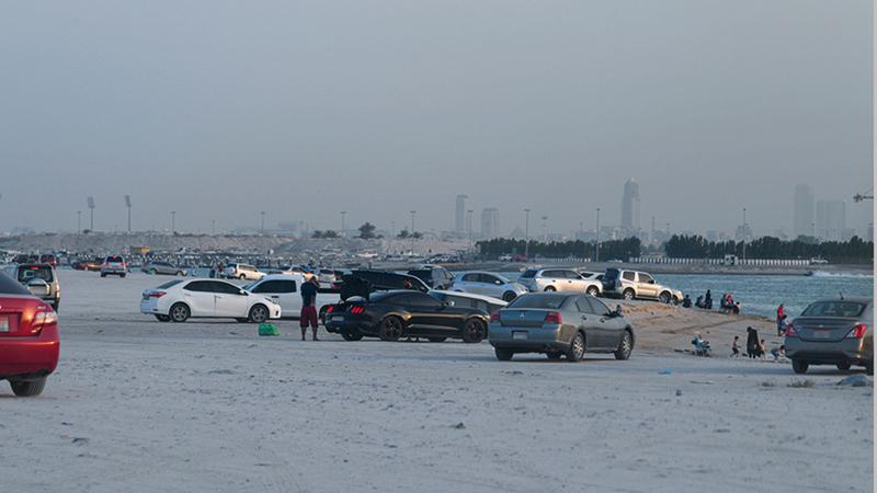 الزحام عاد إلى شواطئ في الدولة بعد انتهاء تقييد الحركة. الإمارات اليوم