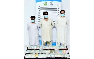 الصورة: شرطة الشارقة تضبط سارقي خزنة أموال تحوي أكثر من نصف مليون درهم خلال 24 ساعة