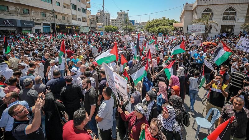 خلال تظاهرات أمس في غزة ضد المخطط الإسرائيلي.  إي.بي.إيه