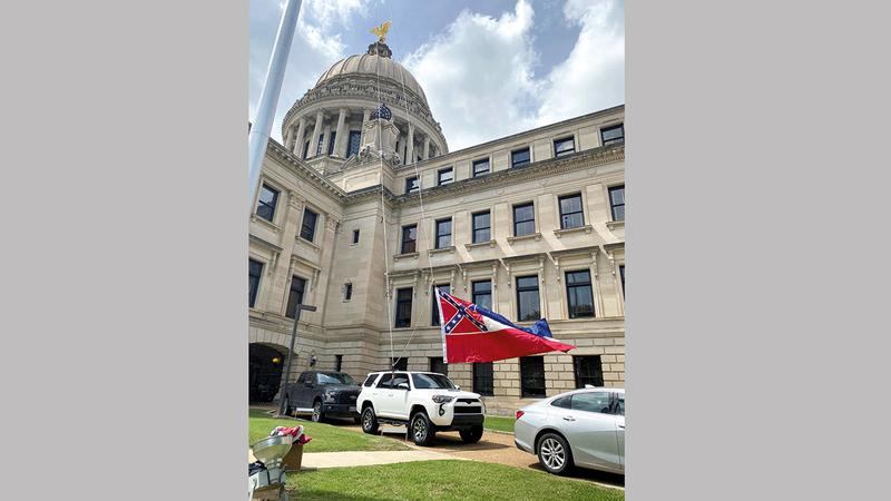 إنزال العلم عن مبنى كونغرس الولاية تم بعد صدور قرار الحاكم. رويترز