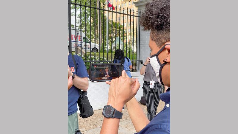 أحد النشطاء يراقب مراسم التوقيع على قانون يقضي بإلغاء علم الولاية. رويترز
