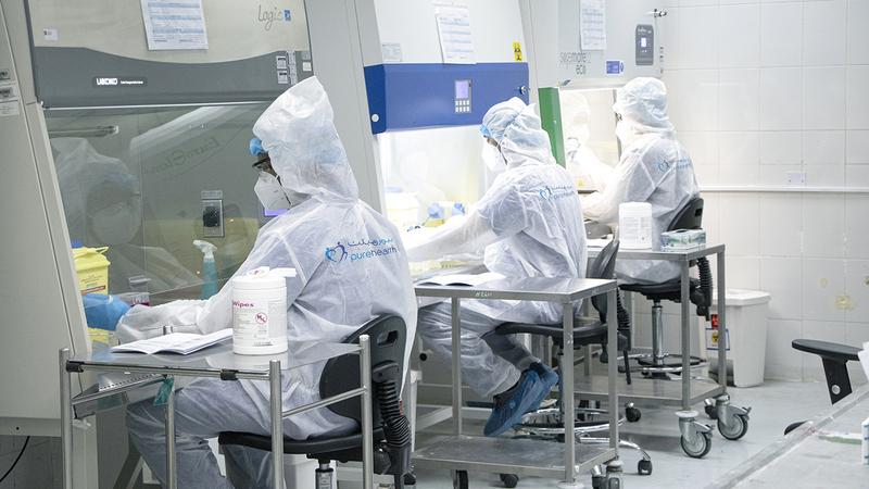 الكادر الطبي يعمل بمعنويات مرتفعة في مواجهة «كورونا».  أرشيفية