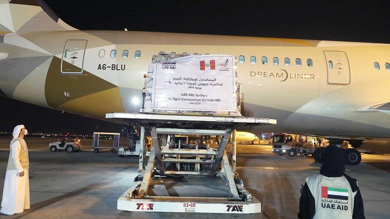 الطائرة تحمل 5 أطنان من المساعدات للبيرو لتعزيز جهود العاملين في المجال الطبي.  وام