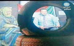 الصورة: مذيعات سودانيات يظهرن وسط «متاريس وإطارات سيارات» في الاستوديو