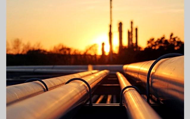 الصورة: النفط يتراجع.. ومخاوف من تأثير إصابات «كورونا» على الطلب