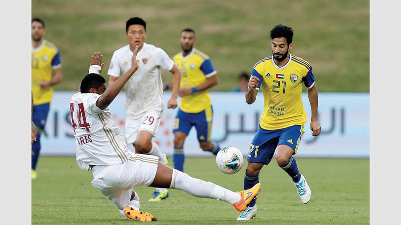 اللاعب الإماراتي يتميز بالمهارة الشديدة.  تصوير: نجيب محمد