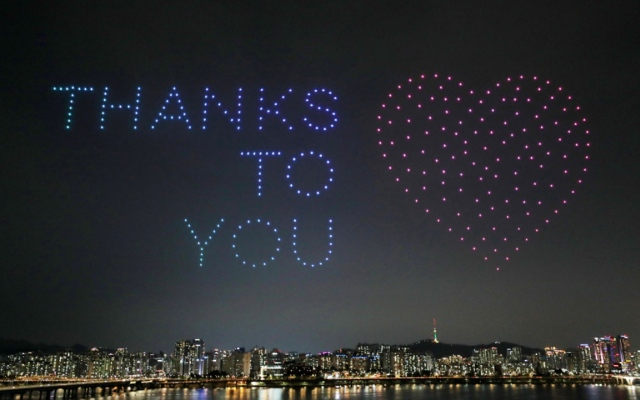 """الصورة: بالصور.. طائرات بدون طيار تضيئ سماء سيول الكورية برسائل دعم ضد """"كورونا"""""""
