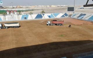 الصورة: صيانة أرضية ملعب بني ياس للمرة الثانية خلال 7 أشهر
