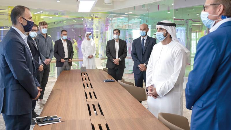 حمدان بن محمد خلال زيارته إلى مقر مؤسسة دبي للمستقبل في أبراج الإمارات. وام