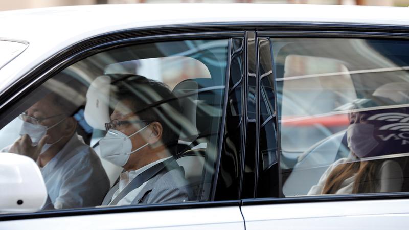 اليابانيون يضعون أقنعتهم الواقية خلال تنقلاتهم. رويترز