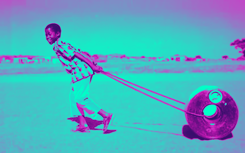 الصورة: بالفيديو.. فكرة ذكية توفر على سكان المناطق النامية حمل الجرار فوق رؤوسهم