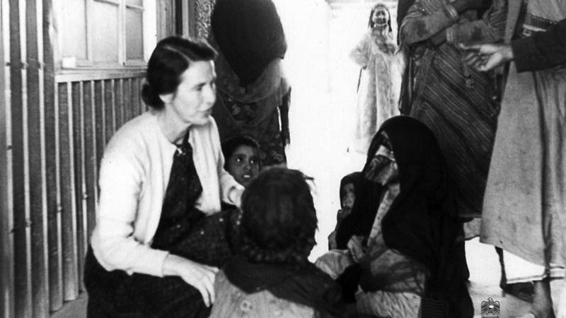 الدكتورة ماريان كينيدي برفقة المرضى في الستينات. جيردويك ديك - الأرشيف الوطني