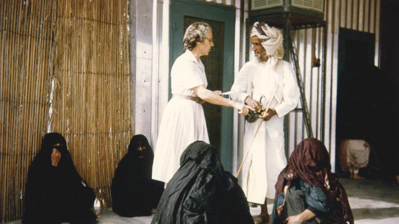 صورة لممرضة/طبيبة تتحدث مع أحد المراجعين أمام مستشفى العين في الستينات. جيردويك ديك - الأرشيف الوطني