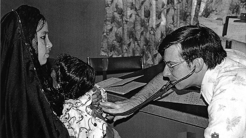 طبيب يعاين طفلاً في فترة السبعينات. جيردويك ديك - الأرشيف الوطني